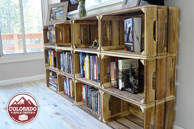 boekenkast van houten fruitkisten